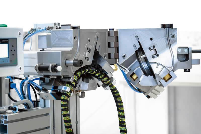 Erfolg in Serie: Werkzeugträger-System der Cademy GmbH für die schnelle und zuverlässige Umschäumung des Kabelbaums