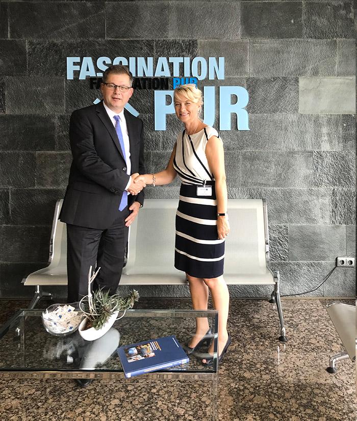 Die CTM-Geschäftsführerin Ruth Wootton und Rolf Trippler, Geschäftsführer Vertrieb der Hennecke GmbH, bei der Vertragsunterzei